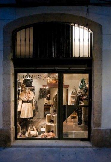 juan-jo gallery, tienda del diseñador barcelonés de moda en piel.バルセロナ生レザーファッションデザイナー店。