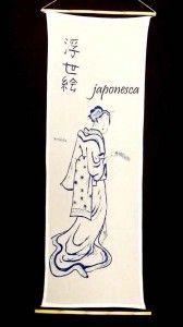 Una geisha sosteniendo un instrumento musical de cascabeles.